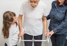 有伤残补救的老人在家走框架特写镜头的 免版税库存照片