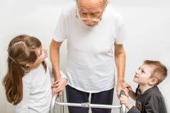有伤残补救的老人在家走框架特写镜头的 免版税库存图片