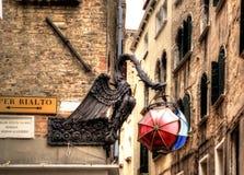有伞的Maforio龙灯笼在威尼斯 免版税库存照片
