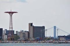 有吸引力和拥挤海滩的康尼岛游乐场 从海洋的看法 免版税库存照片