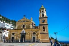 有塔的圣热纳罗教会和被环绕的屋顶在Vettica马吉欧雷普莱亚诺,意大利 免版税库存照片