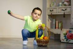 有复活节的男婴绘了鸡蛋 免版税库存照片