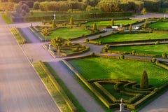 有大道、雕塑和一个绿色迷宫的经典公园 库存照片