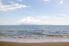 有天空的海在夏天 库存照片