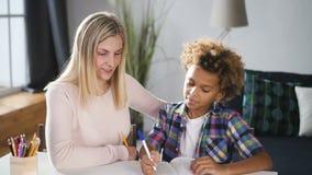 有她的一起准备家庭作业的儿子的妇女妈妈 股票录像