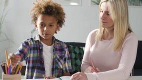 有她的小儿子的妇女准备家庭作业 股票录像