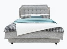 有室内装饰品capitone纹理床头板和织品床单的豪华灰色现代床家具 现代的经典之作 免版税库存图片