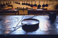 有工具、平底锅、罐和食品成分的古董XIX古老厨房 免版税库存照片