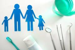 有工具的专业家庭观念牙医在白色台式 库存图片