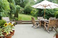 有庭院家具和遮阳伞的露台 免版税库存照片