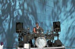 有弹鼓和铙钹的鼓槌的男性音乐家在西雅图公园  库存照片