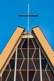 有基督徒十字架的教会座位 免版税库存照片