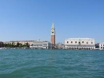 有圣的大运河在威尼斯表示钟楼钟楼和总督宫,共和国总督宫殿,意大利 图库摄影