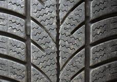有冬天外形凹线的汽车轮胎 库存图片