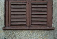 有剥的油漆老,被风化的木窗口快门 关闭 库存图片