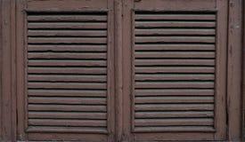 有剥的油漆老,被风化的木窗口快门 关闭 免版税库存图片