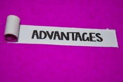有条件文本、启发和正面震动概念在紫色被撕毁的纸 库存照片