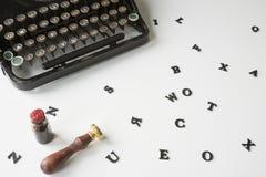 有杂乱信件的葡萄酒打字机在白色书桌上 免版税库存图片