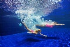 有母亲下潜的孩子在游泳场 免版税库存图片