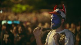 有油漆的人在面孔失去的拍卖费,采取了从可怕的比赛4K的头 股票录像