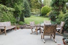 有木庭院家具的露台 免版税库存照片