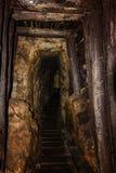 有木木材的老在一个开采的壁炉台打扮的矿井和人在背景中 库存图片