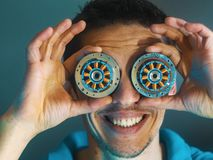 有机器人的眼睛的人 人力机器人 免版税库存照片