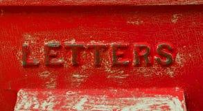 有有裂痕的油漆的减速火箭的红字箱子 免版税图库摄影
