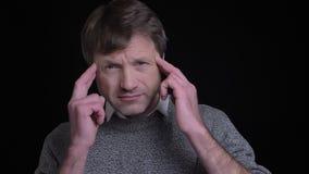 有成人可爱的白种人的人特写镜头画象在照相机前面的一headche 股票视频