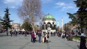 有旅游人群的德国喷泉在Sultanahmet广场在Eminonu,伊斯坦布尔,土耳其 影视素材