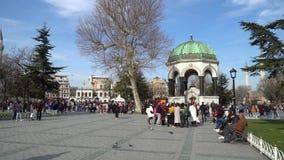 有旅游人群的德国喷泉在Sultanahmet广场在Eminonu,伊斯坦布尔,土耳其 股票视频