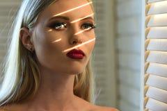 有性感的构成嘴唇的妇女,秀丽 免版税库存照片