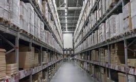 有箱子的仓库在架子和机架 免版税库存图片