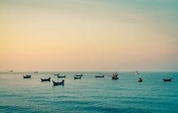 有美丽的日落天空的渔船 渔船停住在酸值Kood,黄昏的泰国 镇静和平安的概念 泰国 图库摄影