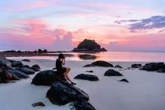 有美好的日出的摄影师在酸值Lipe海滩泰国,暑假 免版税库存照片