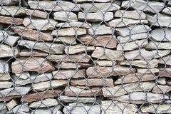 有石头和扭转豆条的Gabion篱芭 背景 库存图片