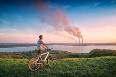 有看对发电站的自行车的人 免版税库存图片