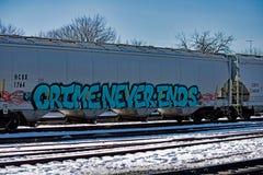 有街道画的有轨机动车在一个明亮的冬日 免版税库存图片