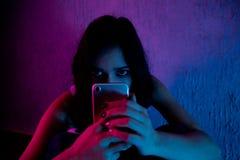 有计算机膝上型计算机在网上被滥用的痛苦cyberbullying和骚扰的哀伤和害怕的女性少年  免版税图库摄影