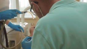 有辅助款待患者的牙的牙医有牙齿的操练诊所 4K 影视素材