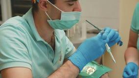 有辅助款待患者的牙的牙医有牙齿的操练诊所 4K 股票视频