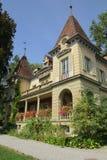 有花的美丽的房子在阳台早晨 免版税库存图片