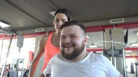 有胡子的成人人参与健身房制定出在Hamera模拟器的胸肌有个人的 股票录像