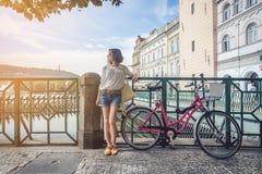 有自行车的可爱的女孩 库存照片