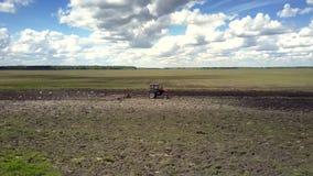 有耙鸟的不尽的春天领域拖拉机飞行  股票录像