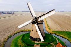 有领域的典型的古老荷兰风车从上面 免版税库存图片