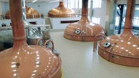 有铜坦克的宽敞啤酒厂大厅 股票视频