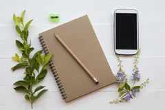 有铅笔安排的笔记本计划者在白色 免版税图库摄影