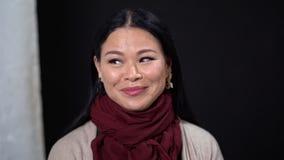 有长发的年轻亚裔妇女在黑暗的背景 股票视频