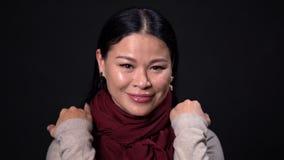 有长发的年轻亚裔妇女在黑暗的背景 股票录像